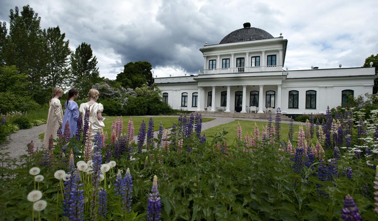 3 jenter som står foran Ulefos Hovedgaard