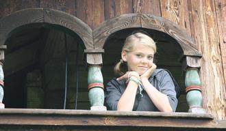 Jente på stabburet