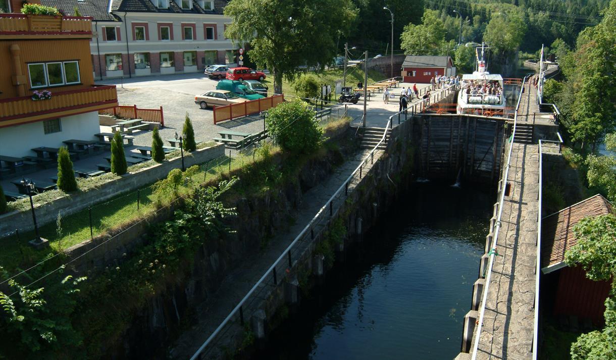 PÅ BÅTEN: Passasjerene går av og på kanalbåtene i øverste slusekammer.
