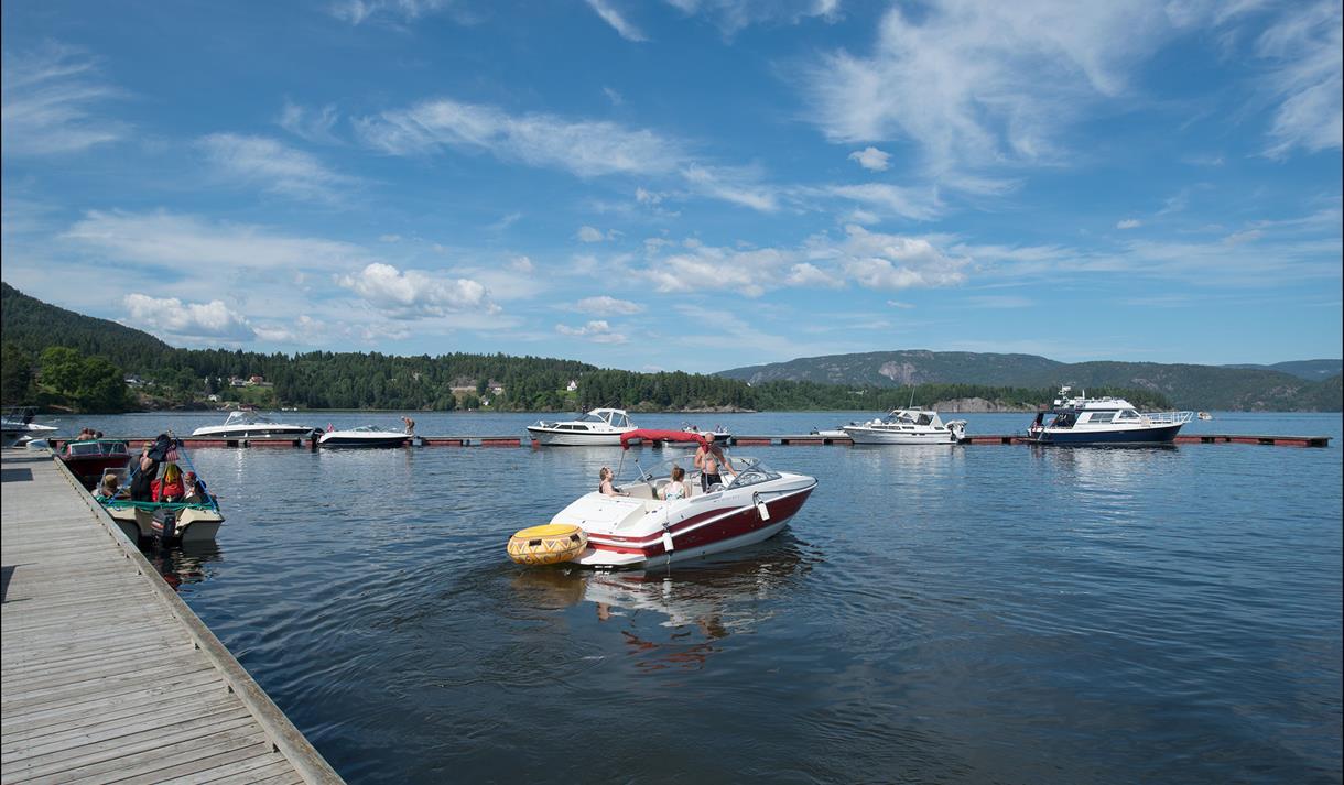 FRITIDSBÅTER: Ulefoss gjestebrygge er bygd for at fritidsbåtene i vassdraget kan legge til.