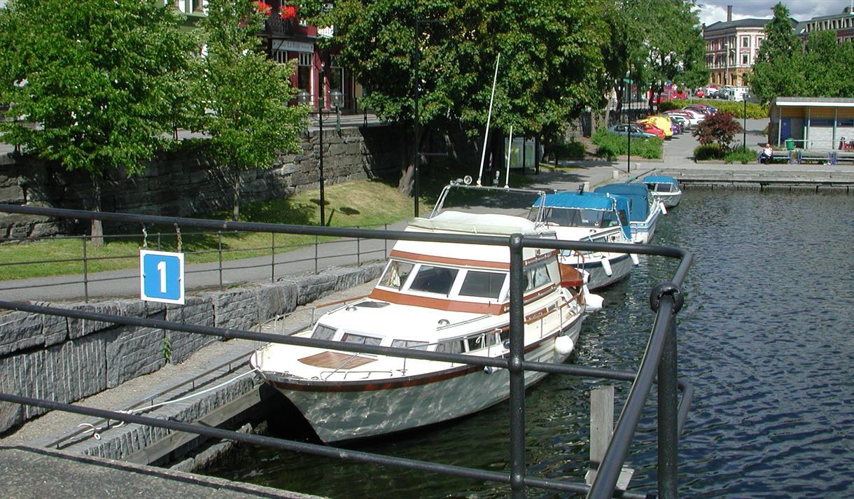 båter som ligger på Hjellebrygge gjestehavn i Skien