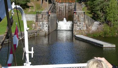 SLUSEPORTER: I Eidsfoss sluser blir båten løftet 10 meter.