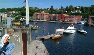 VENTEBRYGGE: Ved innseilingen til Skien sluse i Bryggevannet er det ventebrygge for fritidsbåter.