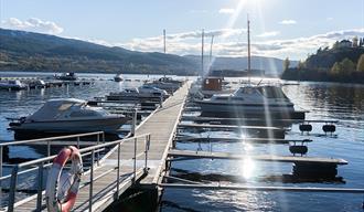 Nesøya Marina Gjestebrygge i Notodden om sommeren. Foto