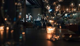 gjester som spiser Jacob & Gabriel Restaurant i Skien