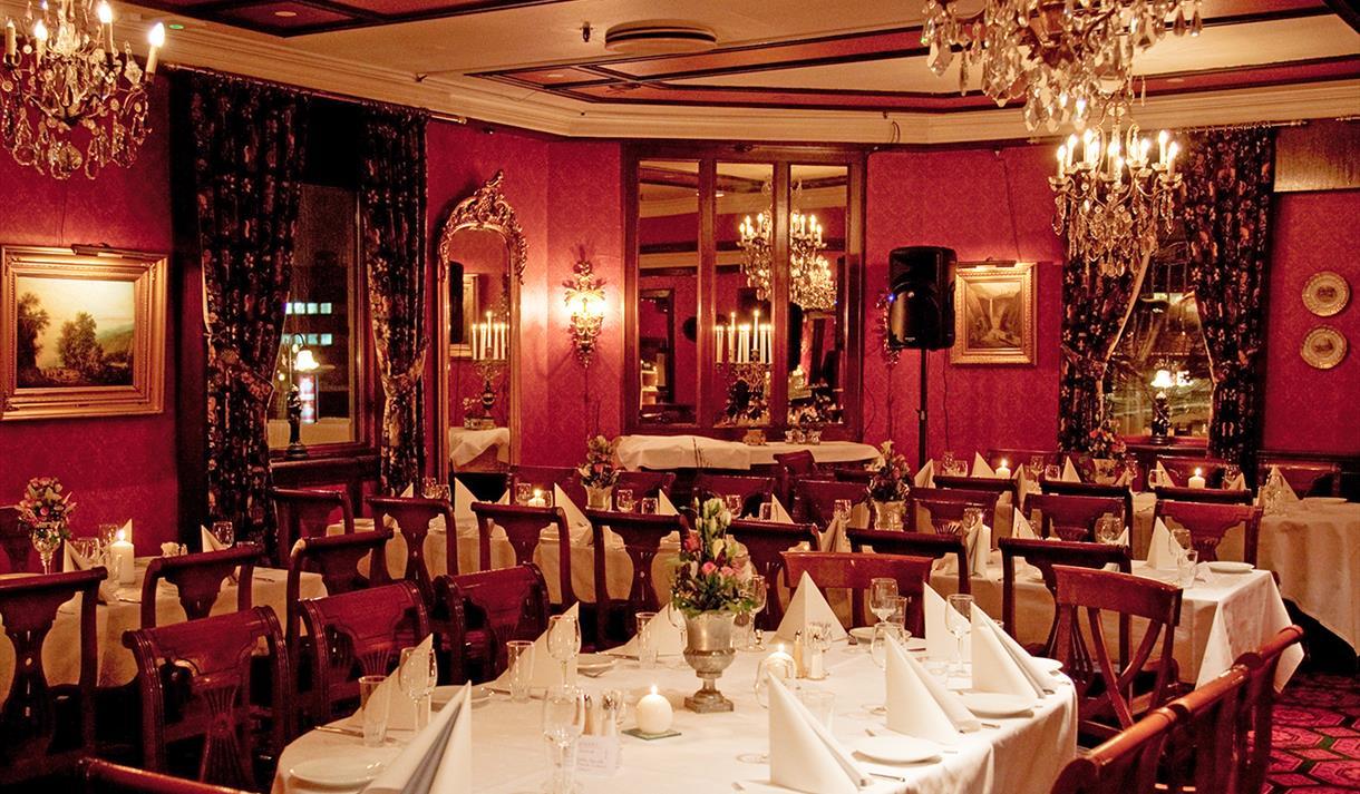 dekket bord på restauranten Madame Bloom på Thon Hotel Høyers i Skien
