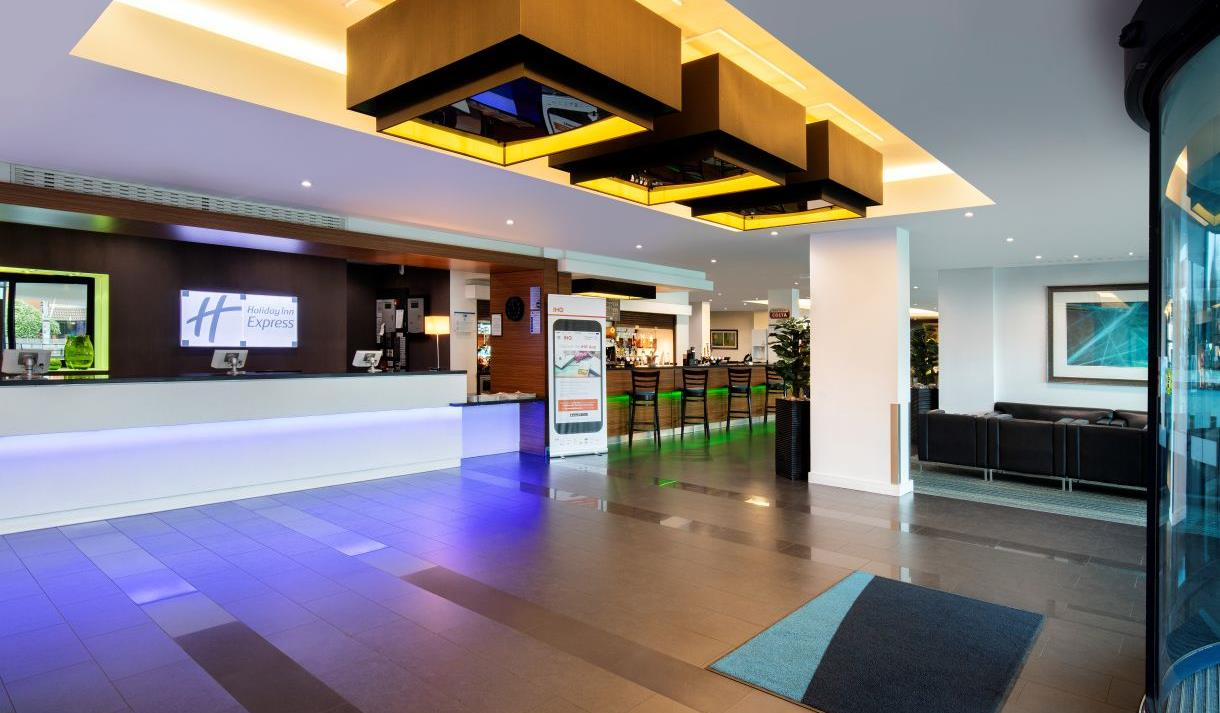 Holiday Inn Express London Heathrow T5 | Hotel Lobby
