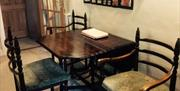 An image of the dining room at Woodside Cottage